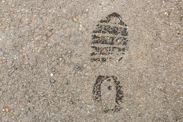 Impronta bagnata sulla superficie dell'asfalto