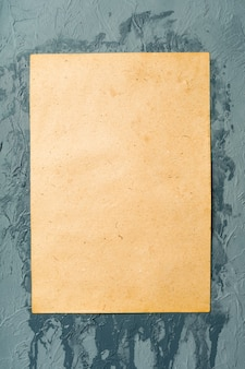 Carta bianca bagnata incollata al muro. texture di carta bagnata.