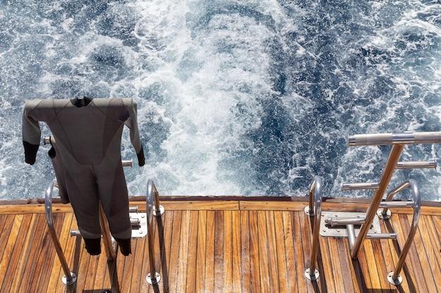 Muta su una poppa dello yacht durante la navigazione in mare. concetto di viaggio e vacanza.