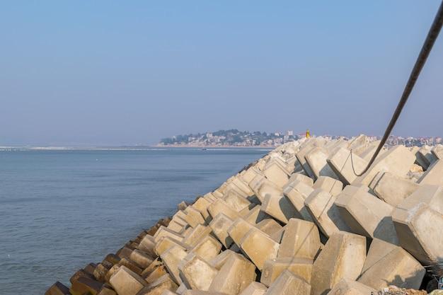 Il molo del villaggio di pescatori e la diga di sassi