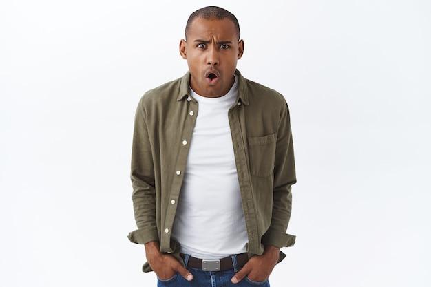 Cosa hai detto. ritratto di giovane uomo afroamericano frustrato e interrogato
