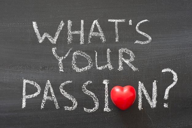 Qual'è la tua passione? frase scritta a mano sulla lavagna con il simbolo del cuore rosso