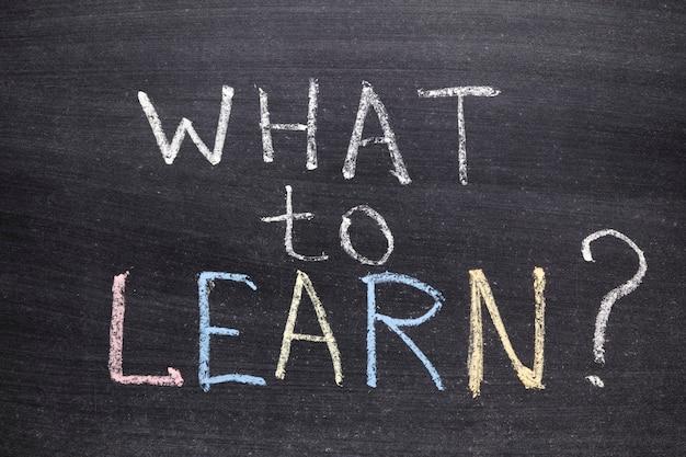 Cosa imparare domanda scritta a mano sulla lavagna della scuola