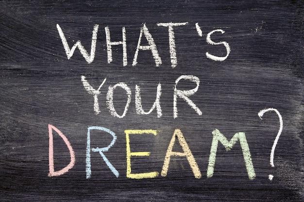 Qual è il tuo sogno? frase scritta a mano sulla lavagna con il gesso colorato
