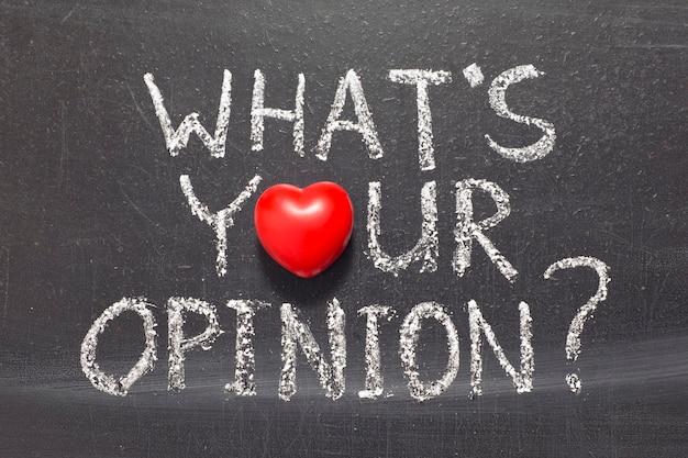 Qual è la tua opinione domanda scritta a mano sulla lavagna della scuola