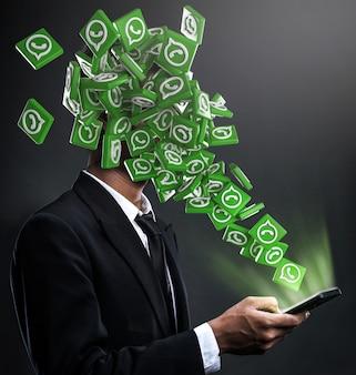 Icone di whatsapp che spuntano in faccia a un uomo