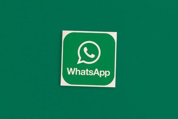 Logo whatsapp su sfondo rosa