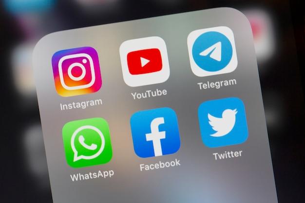 Whatsapp youtube telegram twitter facebook instagram logo sul primo piano dello schermo dello smartphone