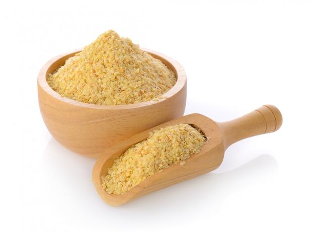 Germe di grano in una ciotola e mestolo su spazio bianco