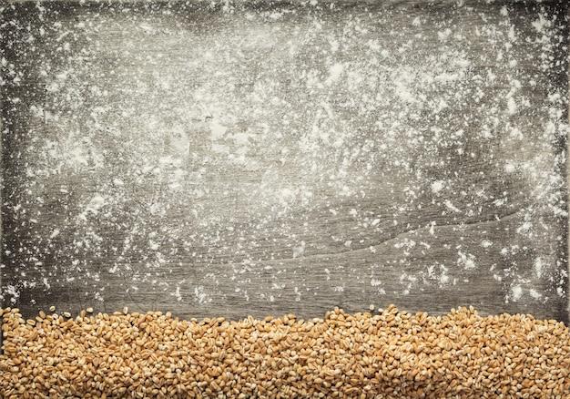 Chicchi di grano su fondo in legno, vista dall'alto