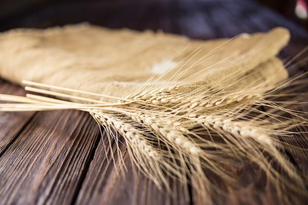 Frumento isolato sulla tavola di legno
