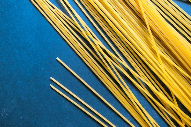 Primo piano di pasta di grano su sfondo blu con spazio di copia