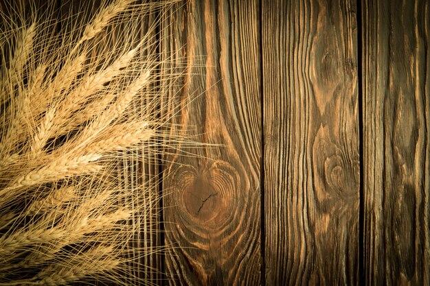 Frumento sulla tavola di legno, vista dall'alto
