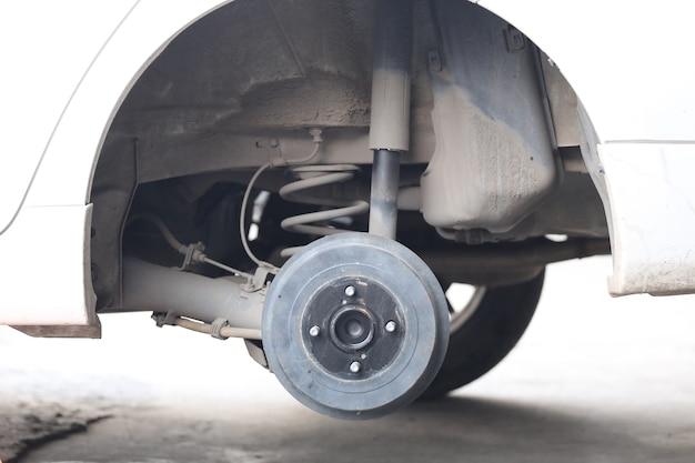Mozzo della ruota di un'auto in riparazione del danno, negozio di garage.