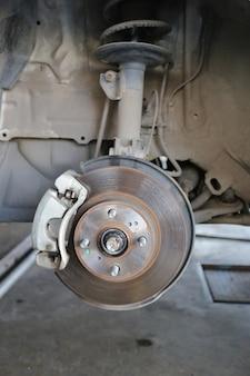 Mozzo della ruota di un'auto in riparazione del danno.