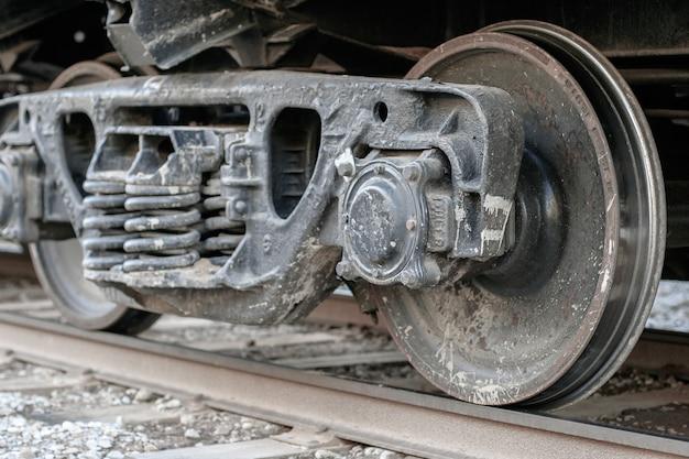 Coppia di ruote con molle di un vagone merci su rotaie