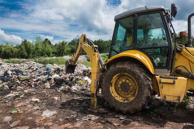 Il rullo del camion della ruota funziona al luogo della spazzatura