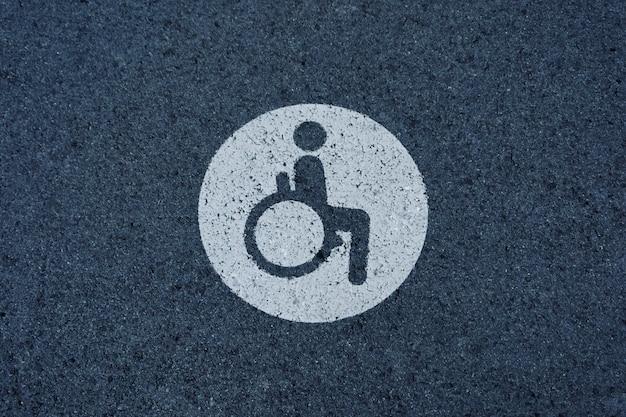 Segnale stradale per sedia a rotelle sull'asfalto