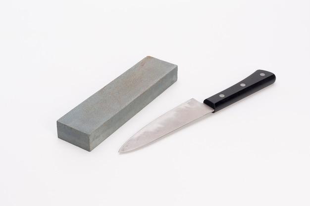 Cote e coltello su sfondo bianco