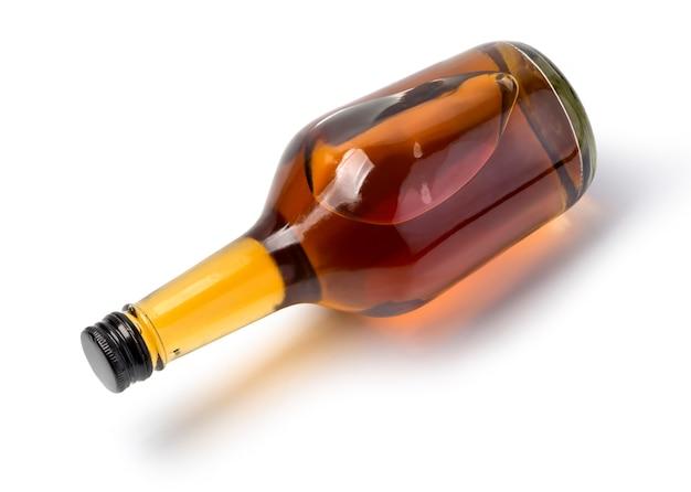 Bottiglia di whisky isolata su bianco con il percorso di residuo della potatura meccanica
