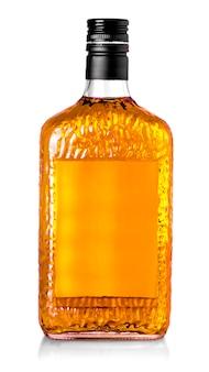 Bottiglia di whisky isolata su uno sfondo bianco con tracciato di ritaglio
