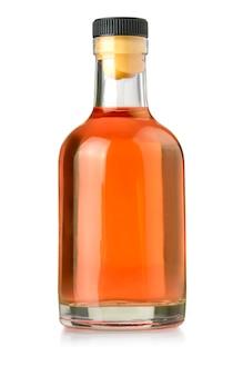Bottiglia di whisky su bianco isolato