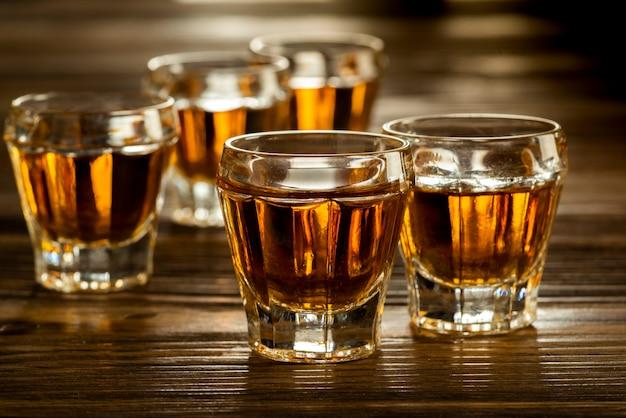 Whisky a scatti su un tavolo di legno, bevande alcoliche