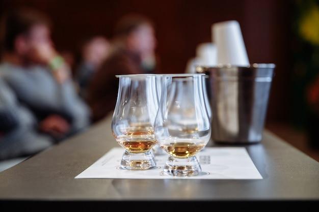 Degustazione di whisky all'evento foto di alta qualità
