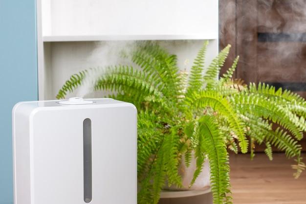 Umidificatore d'aria bianco durante il lavoro pulisce l'aria e vaporizza il vapore