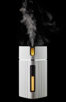 Umidificatore d'aria bianco con retroilluminazione colorata funzionante isolato su sfondo nero