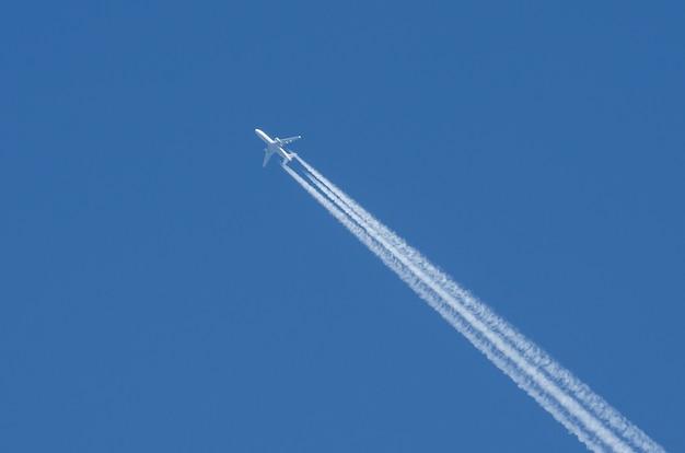 Nuvole di scia di condensazione dell'aeroporto di aviazione dei motori bianchi degli aerei tre.