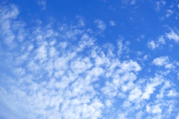 Altocumuli bianchi sparsi sul vibrante cielo azzurro