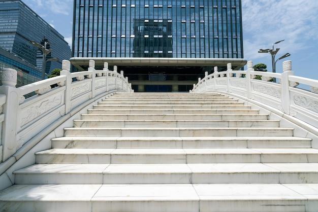 Il ponte ad arco bianco e il centro finanziario si trovano al piano terra di hangzhou in cina