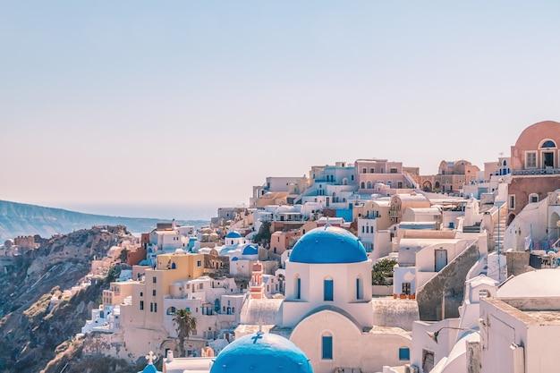 Architettura bianca del villaggio di oia sull'isola di santorini, in grecia.