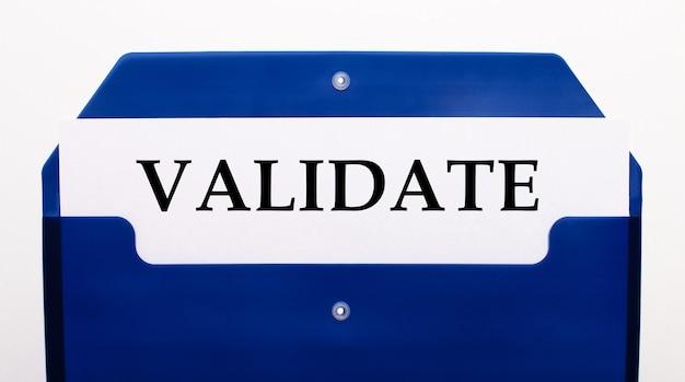 Su uno sfondo bianco, una cartella blu per i documenti. nella cartella c'è un foglio di carta con la parola convalida