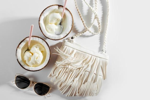 Sacchetto bianco e gelato in metà di cocco. concetto di vacanza estiva.