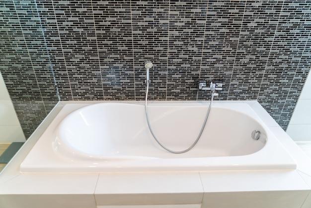 Interno bianco della decorazione della vasca da bagno del bagno