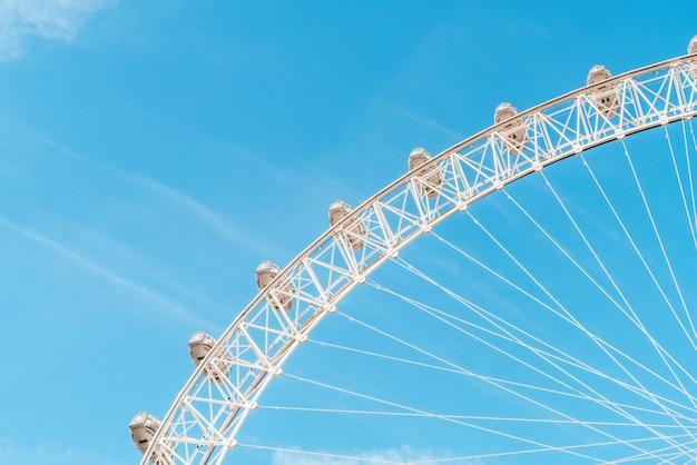 Bianco bella grande ruota panoramica con cielo blu