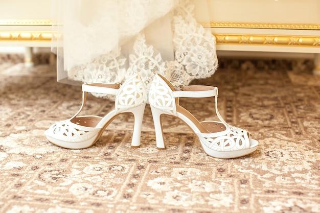 Belle scarpe bianche da sposa della sposa.