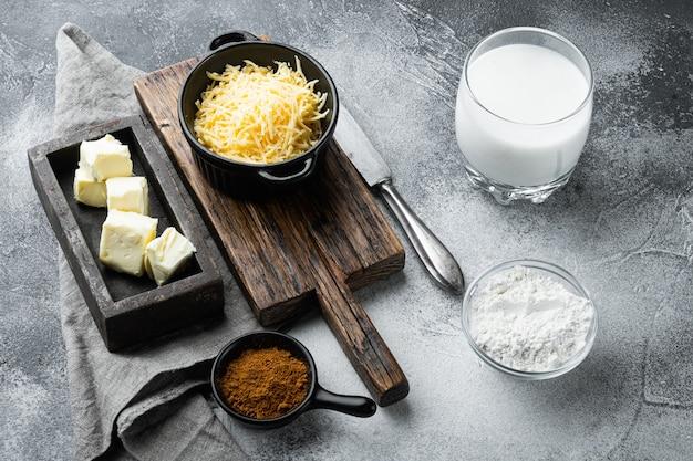 Ingredienti della salsa besciamella bianca su pietra grigia