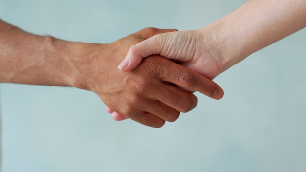 Mano bianca e mano nera connettono antirazzismo fermare il razzismo tutte le persone sono uguali amicizia dei popoli le vite dei neri contano