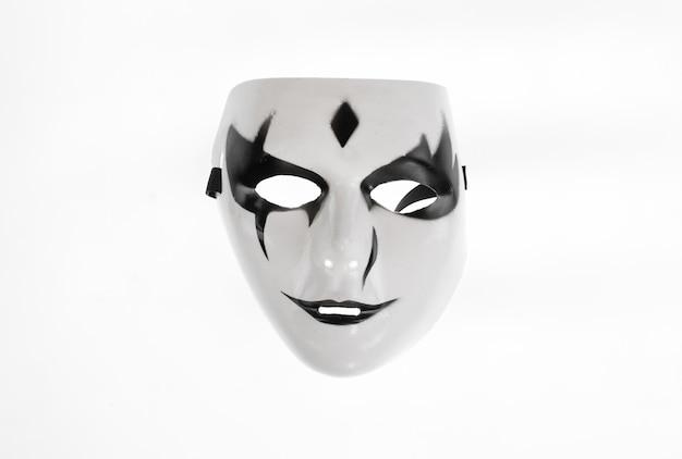 Maschera teatrale bianca nera teatrale isolata su sfondo bianco