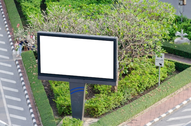 Tabellone per le affissioni di mockup in bianco bianco la pubblicità esterna della strada.