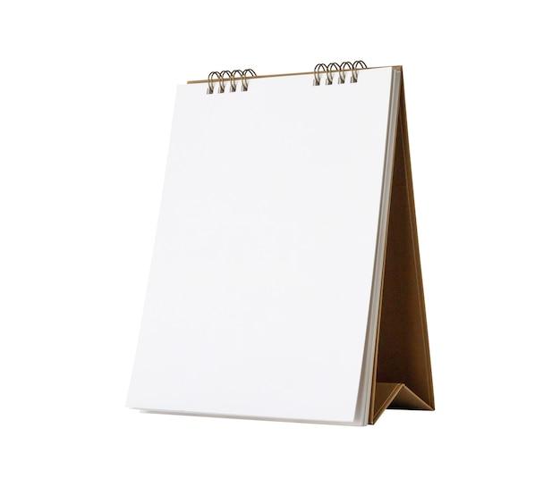 Mockup di calendario da tavolo di carta bianca bianca isolato su priorità bassa bianca con il percorso di residuo della potatura meccanica