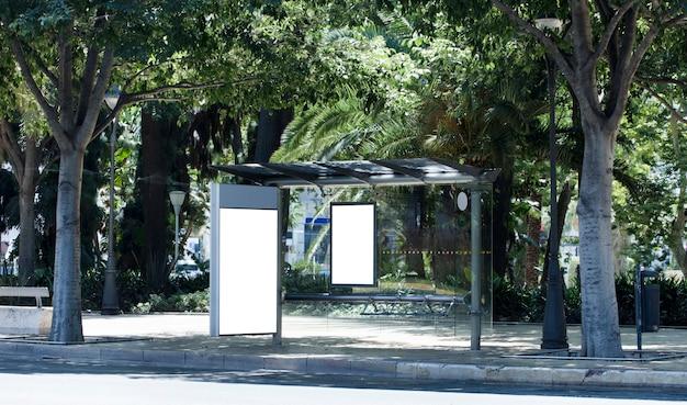 Tabellone per le affissioni verticale vuoto bianco alla fermata dell'autobus sulla strada della città