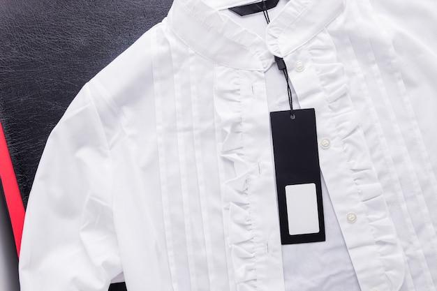 Camicetta bianca con etichetta attaccata