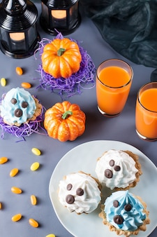 Torte bianche e blu per la festa di halloween. vista dall'alto