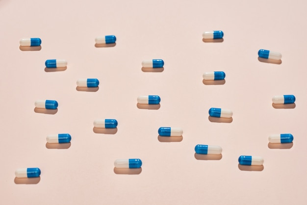 Pillole capsule bianche e blu
