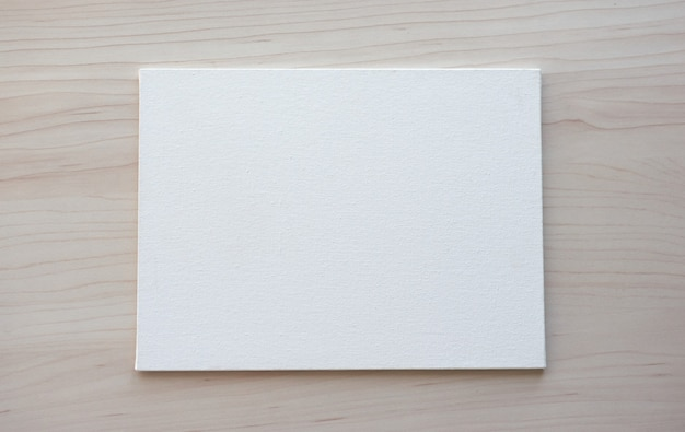 Lavagna bianca con le mani per lo spazio della copia. forniture per ufficio scolastiche su fondo in legno. torna al concetto di scuola. vista dall'alto pronta per il tuo design. Foto Premium