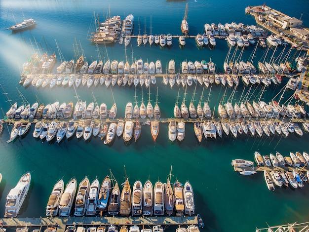 Barche bianche e yacht ormeggiati nel porto turistico riviera della turchia durante il tramonto yacht nel porto turistico mar egeo